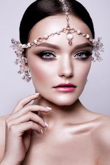 甘くて官能的な美しいファッションブルネット花嫁の肖像画。結婚式のメイクアップと髪。青い目。