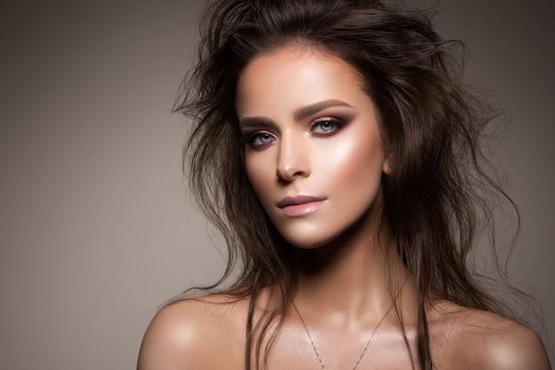 プロのメイクアップと美しい女性