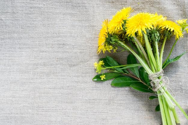 黄色のタンポポの花の背景