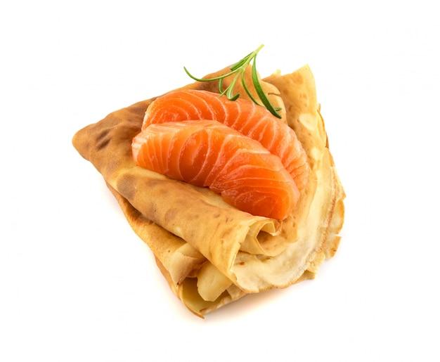 Блинчики с нарезанным филе лосося