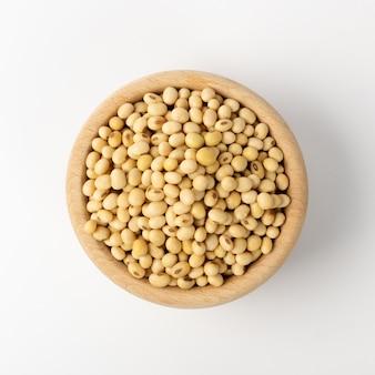 白い背景に分離された生の乾燥大豆