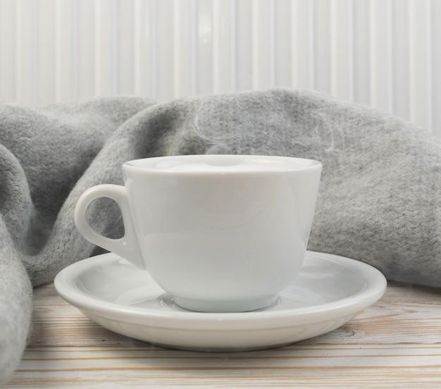 コーヒーとスチームの白いカップ