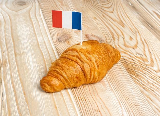 フランスの旗とクロワッサン