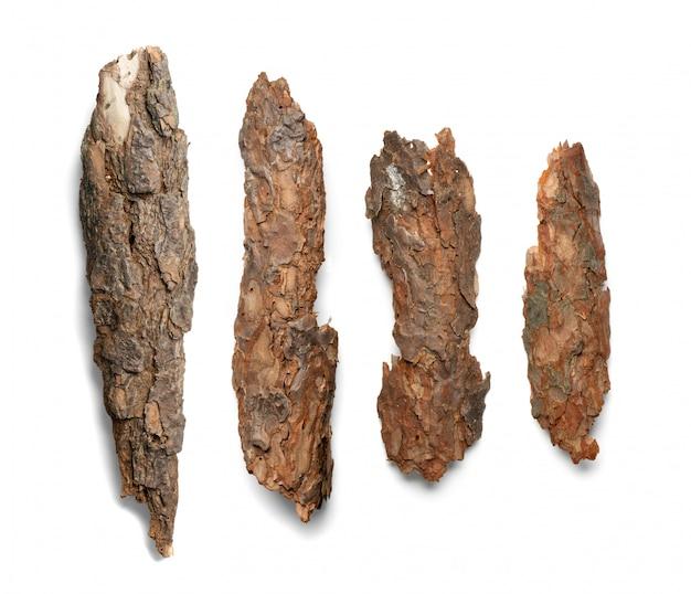 松、杉、オークの木の樹皮の部分が白い背景で隔離。自然な壊れた木製の庭マルチチップ上面図