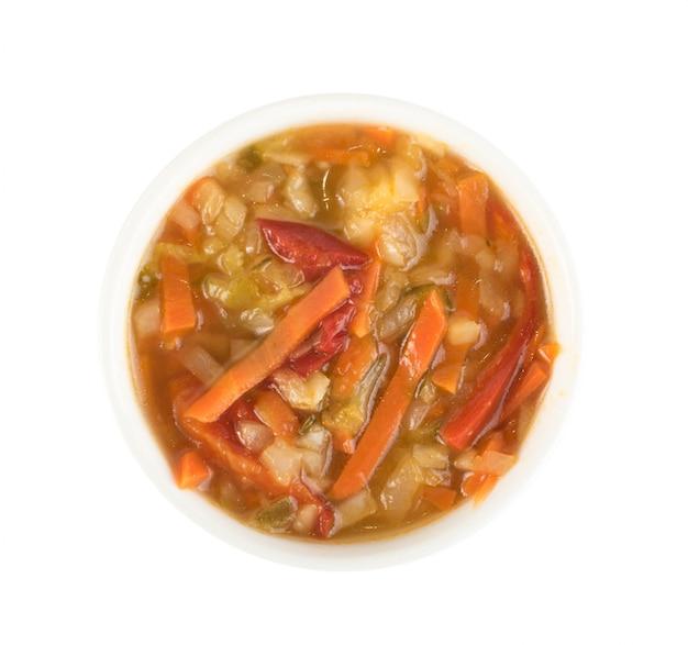 丸いボウルに油を混ぜたみじん切りの野菜サラダ。健康的な発酵食品分離トップビュー