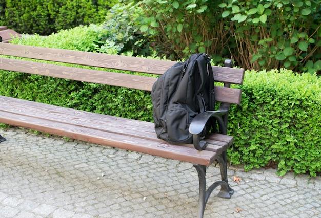 ベンチに不審なバックパック。警告テロのシンボルとしての脅威バッグ