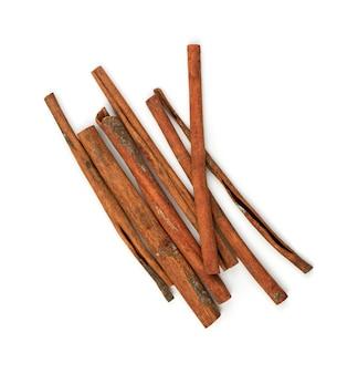 Сухие палочки корицы изолированные