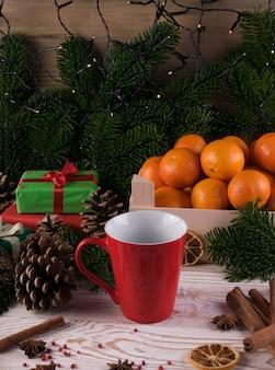 お祭り新年背景にスパイスと冬の白い飲み物