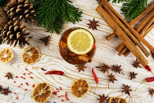 Зимний напиток со специями на праздничном новогоднем фоне