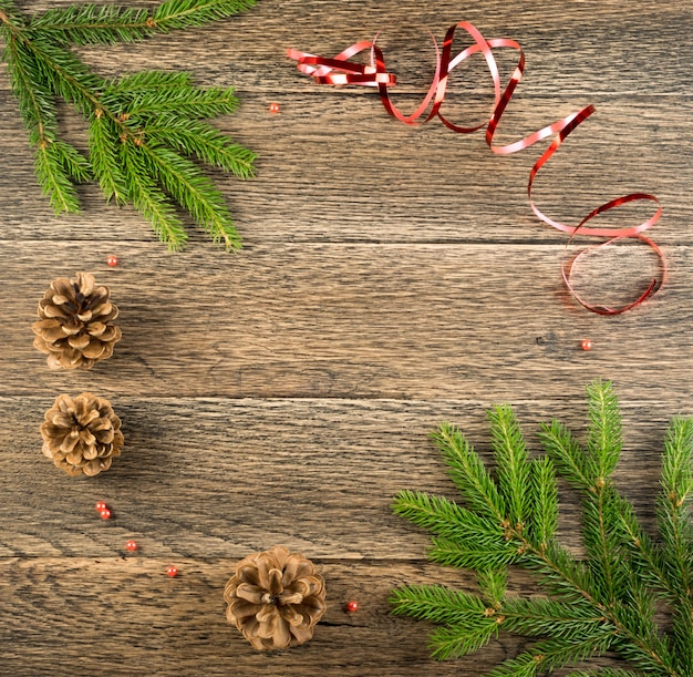 Рождественский фон с еловыми шишками и ветками
