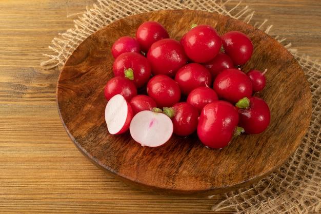 Букет из редиски, свежий корень редиски, куча красной редиски