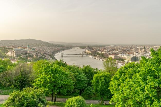 夕方のブダペストエリザベス橋の編集画像