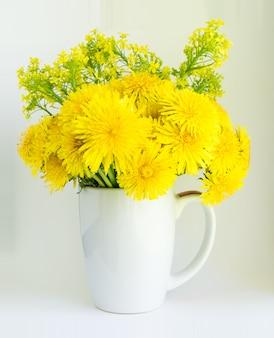 黄色のタンポポの花の花束