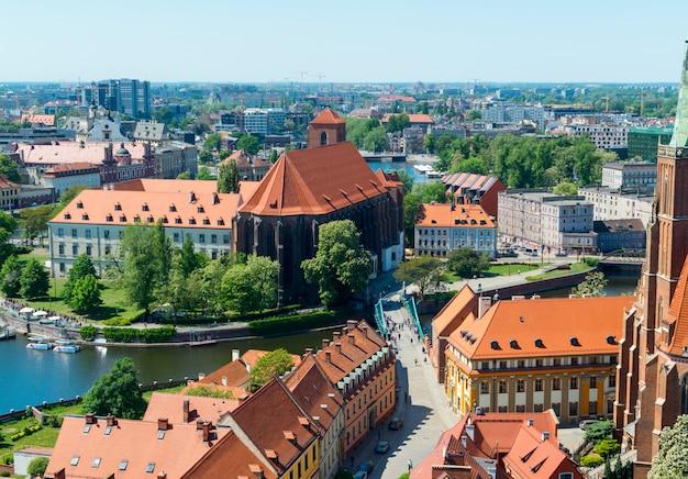 Вид с башни на красные крыши европейского города