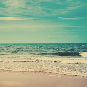 Ретро-пляж и голубое небо со старинным тоном.