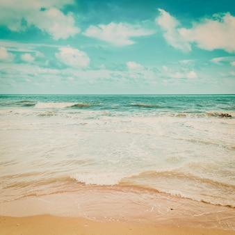 Морская волна и пляж со старинным тоном.