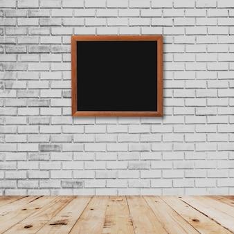 Старый интерьер рамы и белая кирпичная стена с деревянным полом