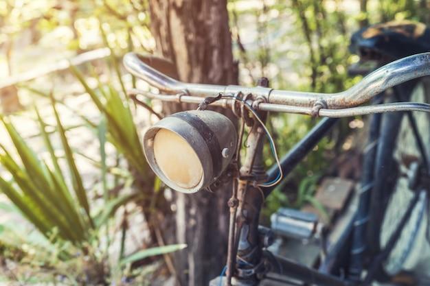 Старый старинный велосипед и свет в саду