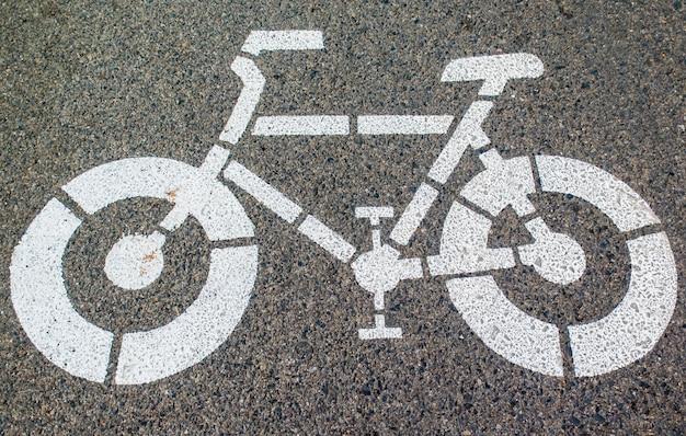 道路上の白い矢印と自転車標識の道