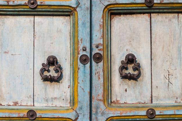 ヴィンテージスタイルのための古いドアとハンドル