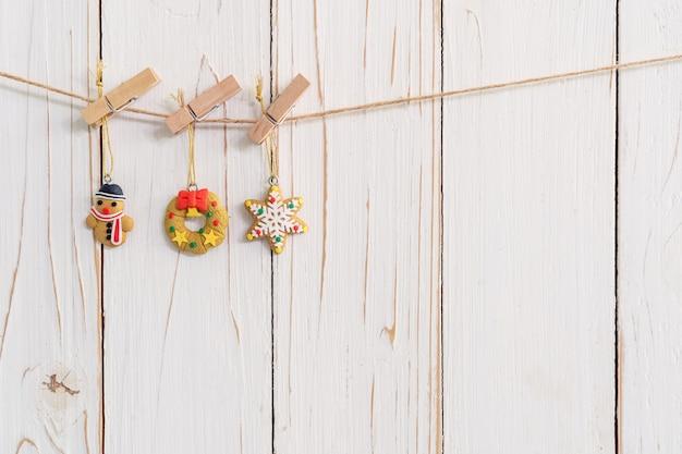 クリスマスの背景の木製に飾られている装飾的なクリスマスの装飾