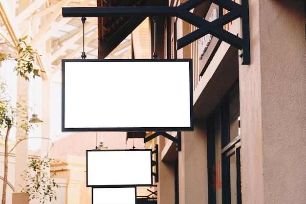 コピースペースと洋服店の正面に水平の黒い空看板。