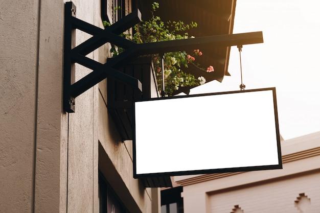 空の看板と通りにぶら下がっている空白記号