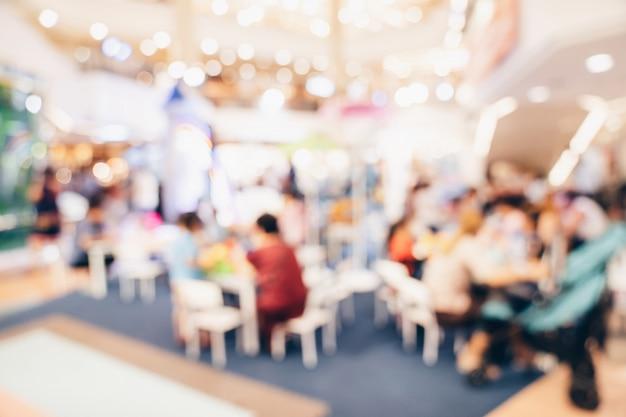 抽象的なショッピングモールの背景群衆人をぼかし