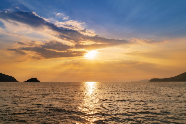 海岸の海、波、地平線に沈む夕日の風景。上面図。