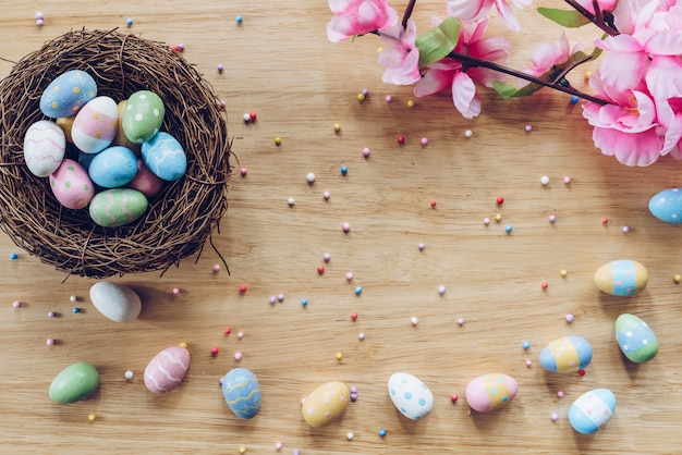 Пасхальные яйца дальше на деревянном взгляд сверху предпосылки с естественным светом. стиль плоской планировки.