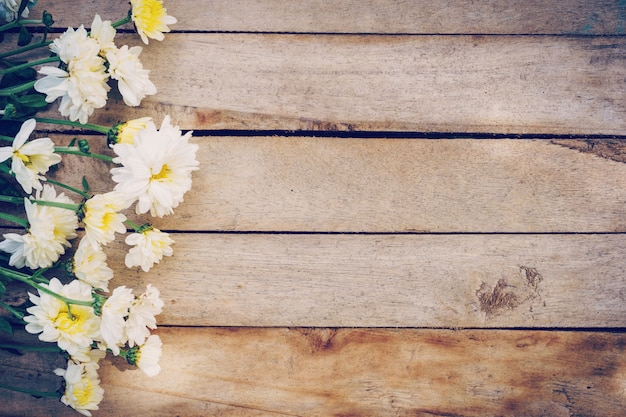 古いグランジ木製テーブルテクスチャと背景にコピースペースの花。