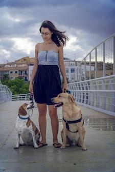 Фотография девушки с ее собаками