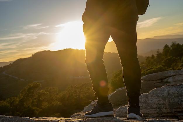 Человек на горе на закате