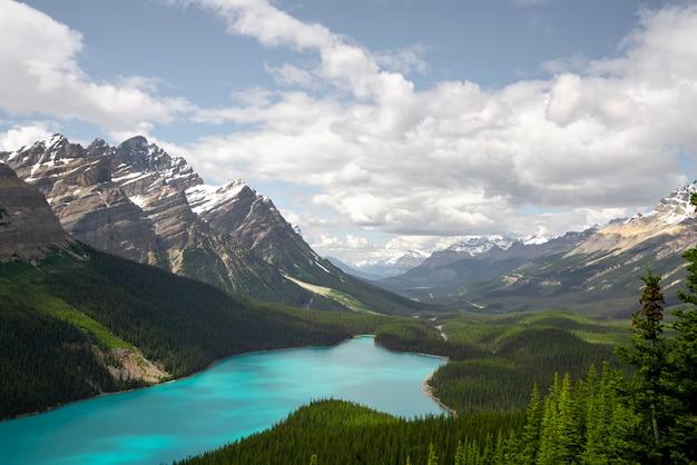 カナダのペイトー湖を見る美しい視点