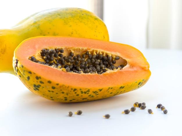 種とパパイヤのトロピカルフルーツ