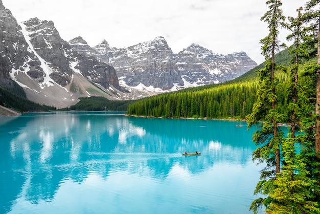 カナダの美しいモレーン湖のカヌー