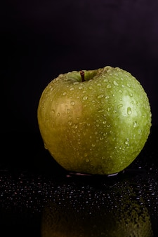 黒に水滴と青リンゴ
