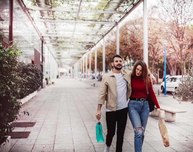 路上でショッピングの愛、ライフスタイルコンセプトのカップル