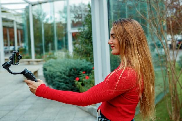 ソーシャルネットワーキングビデオ、赤い服、ライフスタイルコンセプトを撮影する女の子