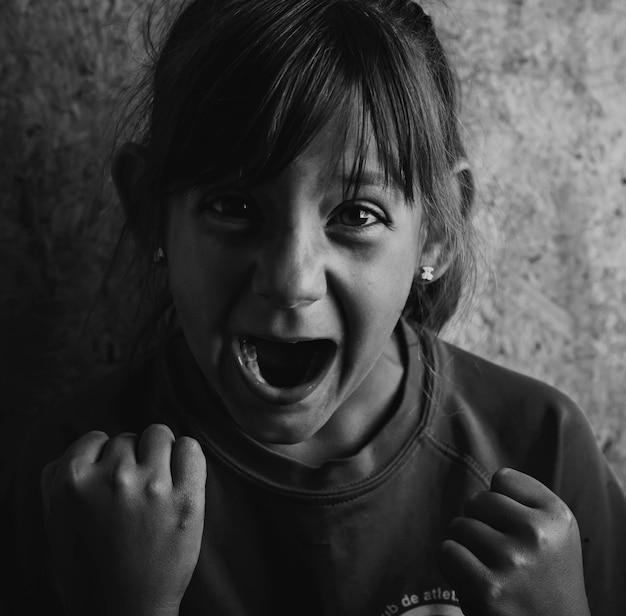 黒と白の非常に怒っている女の子、否定的な感情を表現する概念