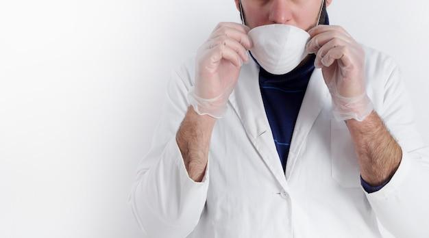 コロナウイルス予防のためにマスクをかぶった医師