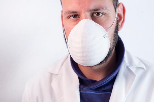 マスクを持つ医師の肖像画