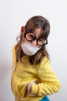 優しい表情のマスクとメガネを持つ少女