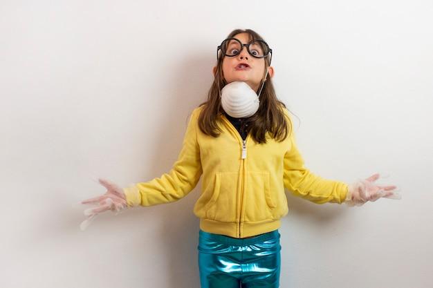 マスク、手袋、眼鏡、社会問題の概念を持つ白人少女