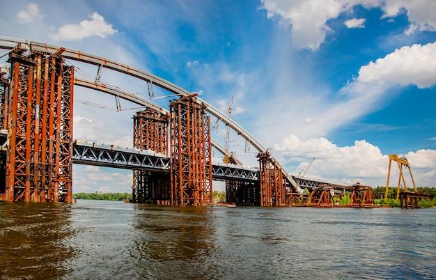 キエフ、ウクライナのパノラマでさびた未完成の橋