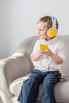 Мальчик слушает музыку