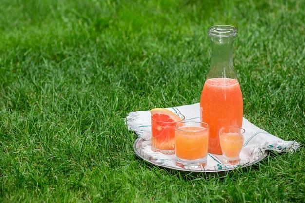 新鮮な柑橘類の水差し