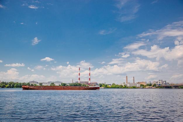 朝のドニプロ川のパノラマキエフウクライナ都市景観自然都市景観。