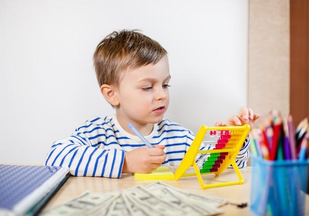 Молодой предприниматель держит деньги в его руках, американские сто долларов наличными. американец сто долларов наличными.