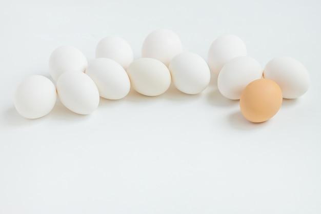 白い背景に白い卵のグループ。イースター休暇の準備をします。